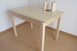 シンプルな学習机はおしゃれなリビングにも馴染みます!デスクの製作なら天然木がおすすめ