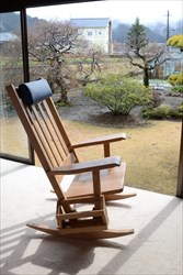 ロッキングチェアなど無垢材を使用した家具のお手入れ方法とは?木製の家具を使い続けるためのポイント